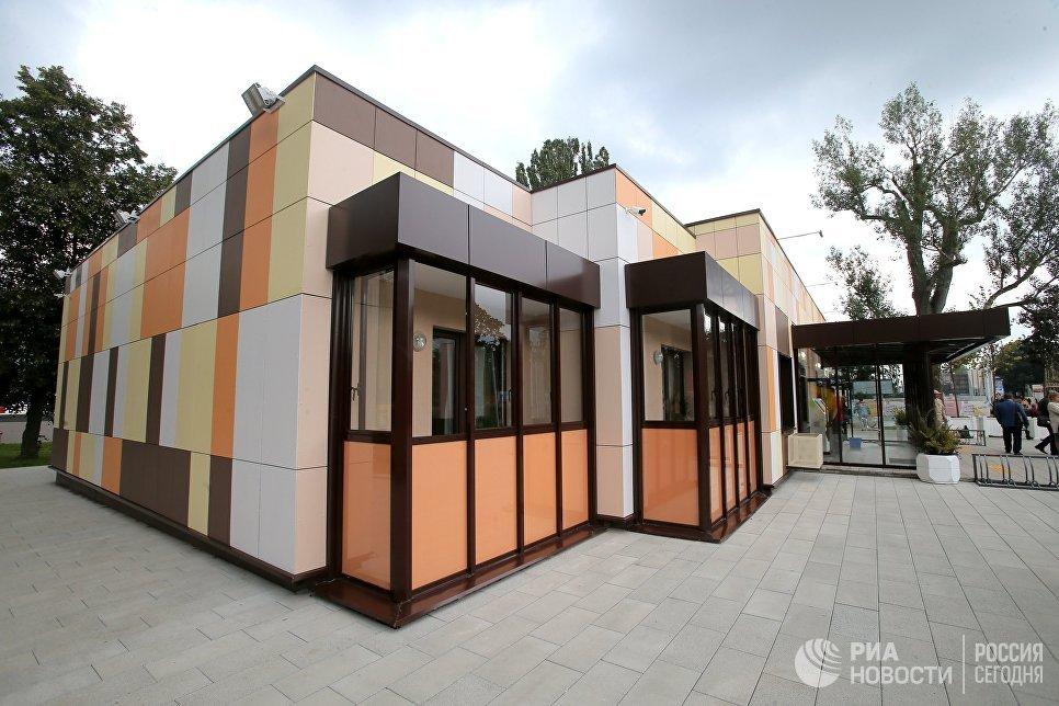 Балконы типового дома, предназначенного для переселения по программе реновации, в шоу-руме на ВДНХ в Москве