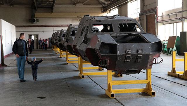 Посетители в цехе по производству бронетранспортера Дозор Б во время демонстрации военной техники на Львовском бронетанковом заводе
