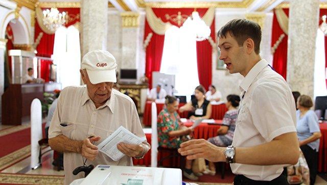 Избиратель в единый день голосования на избирательном участке в Краснодаре. 10 сентября 2017