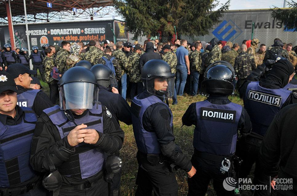 Сотрудники полиции у пункта пропуска Краковец на украинско-польской границе. 10 сентября 2017