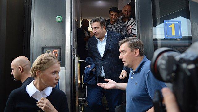Михаил Саакашвили выходит из вагона поезда на железнодорожном вокзале в польском Пшемышле. 10 сентября 2017