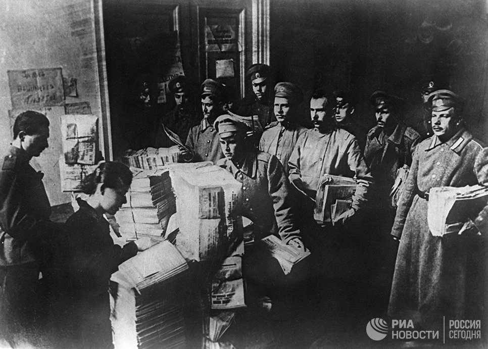Раздача большевистских газет в воинских частях. Октябрь 1917 года. Петроград