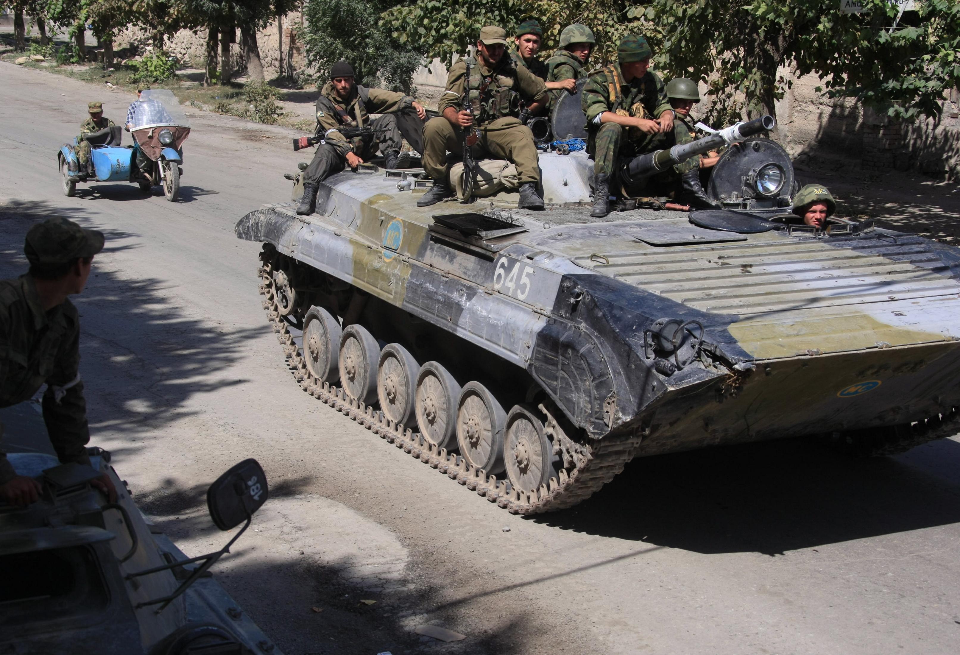 Российские военнослужащие и южноосетинские ополченцы в Цхинвале, подвергшемся нападению грузинских войск