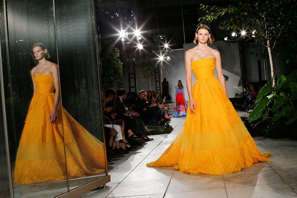 Модель во время показа коллекции дизайнера Каролины Эрреры на неделе моды в Нью-Йорке