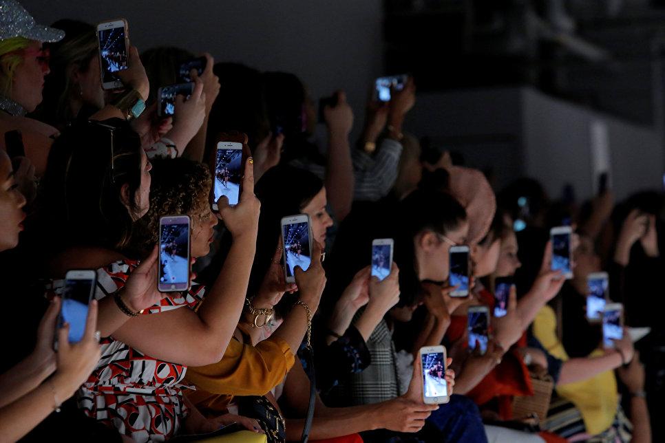 Зрители на показе коллекции Elle на неделе моды в Нью-Йорке