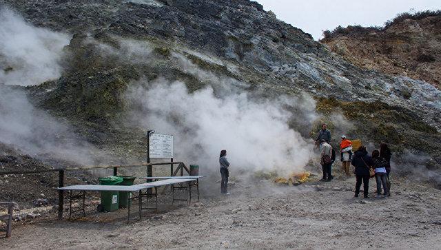 Туристы в районе действующего вулкана около Неаполя