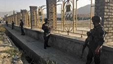 Полицейские у стадиона для крикета в Кабуле, где произошел взрыв. 13 сентября 2017