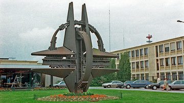 Символ НАТО в Брюсселе. Архивное фото
