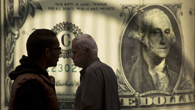 Мужчины возле баннера с изображением американского доллара возле обменного пункта. Архивное фото