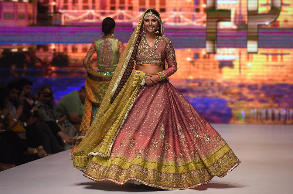 Показ коллекции Wardha Saleem на Неделе моды в Карачи, Пакистан