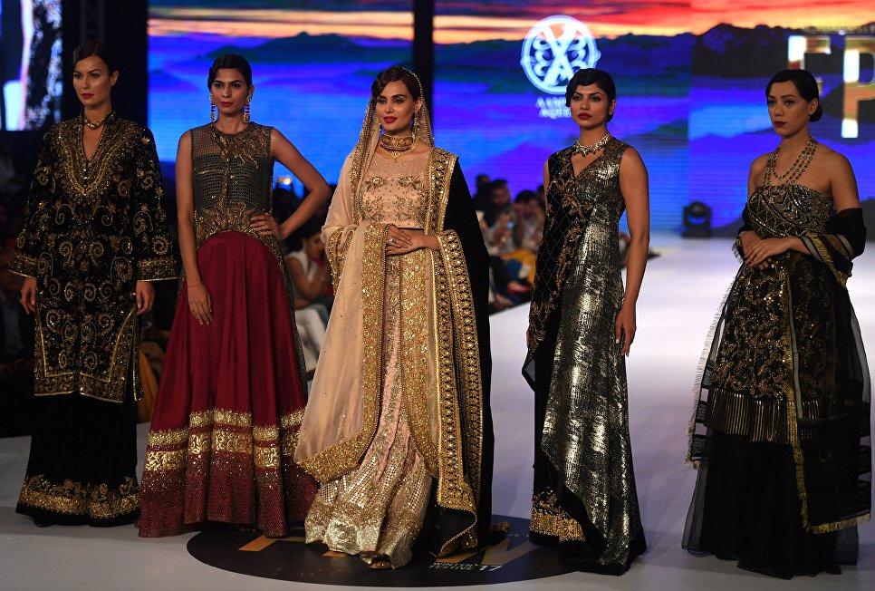 Показ коллекции Aamna Aqeel на Неделе моды в Карачи, Пакистан