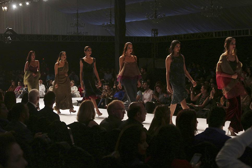 Показ коллекции Sadaf Malaterre Hem на Неделе моды в Карачи, Пакистан