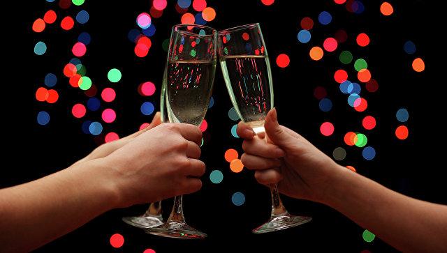 Люди чокаются бокалами шампанского