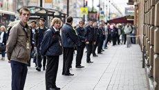 Сотрудники охраны стоят в кордоне в центре Санкт-Петербурга. Архивное фото
