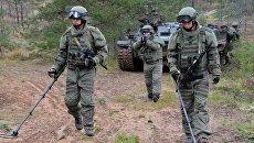 Военнослужащие саперного подразделения вооруженных сил РФ во время ученийвооружённых сил России и Белоруссии на Лужском полигоне в Ленинградской области. 14 сентября 2017