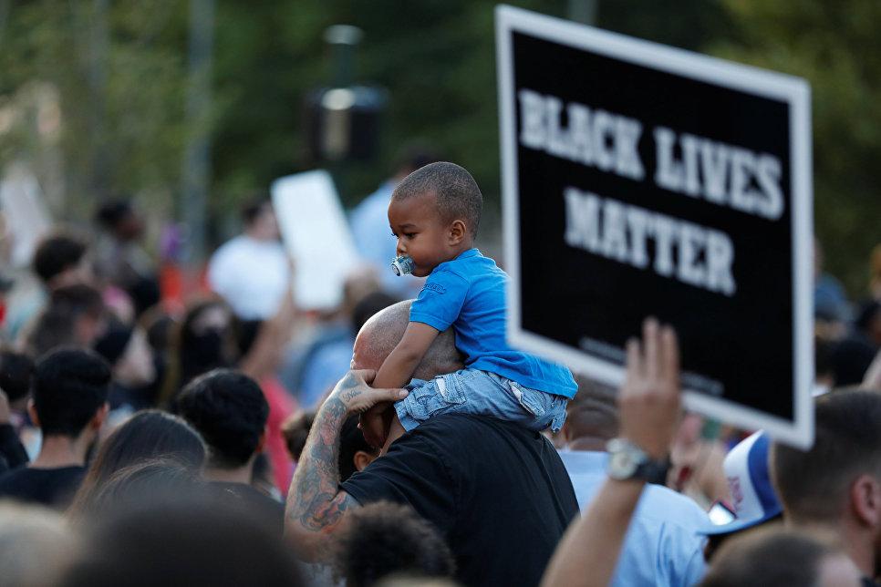 ВСША вспыхнули расовые столкновения— вход пошли слезоточивый газ идубинки