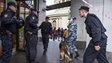 Сотрудники полиции у торгового центра. Архивное фото