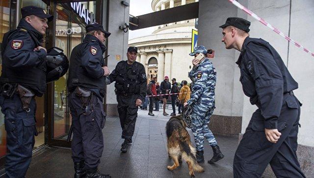 Сотрудники полиции у торгового центра в Санкт-Петербурге