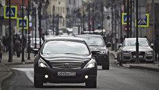 Автомобили на Новокузнецкой улице в Москве. Архивное фото