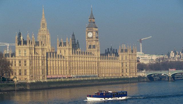 Вестминстерский дворец на берегу Темзы в Лондоне