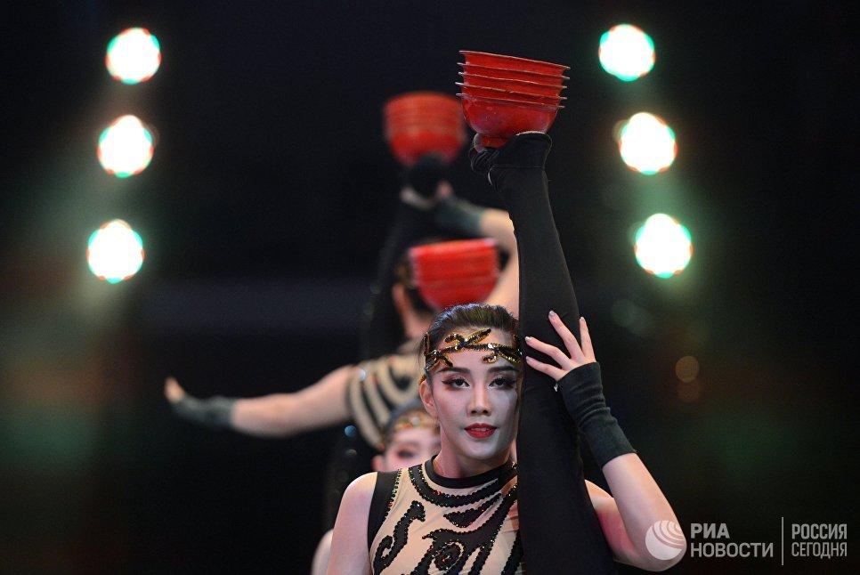 Акробаты исполняют номер Пагодана гала-шоу всемирного фестиваля циркового искусства Идол
