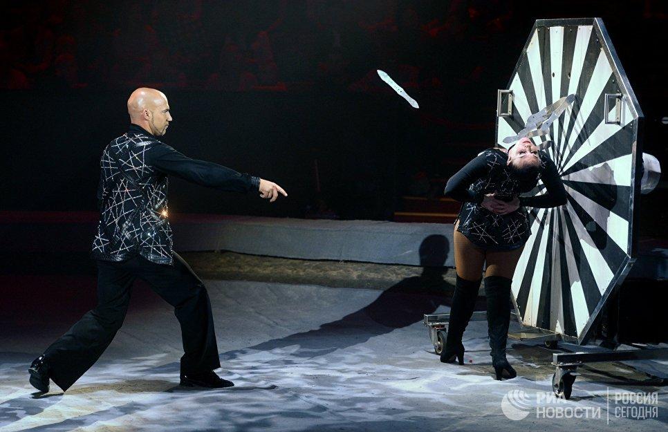 Исполнение номера Метание ножей и стрельба из арбалета Двойной риск в исполнении Марко и Присциллы на гала-шоу всемирного фестиваля циркового искусства Идол