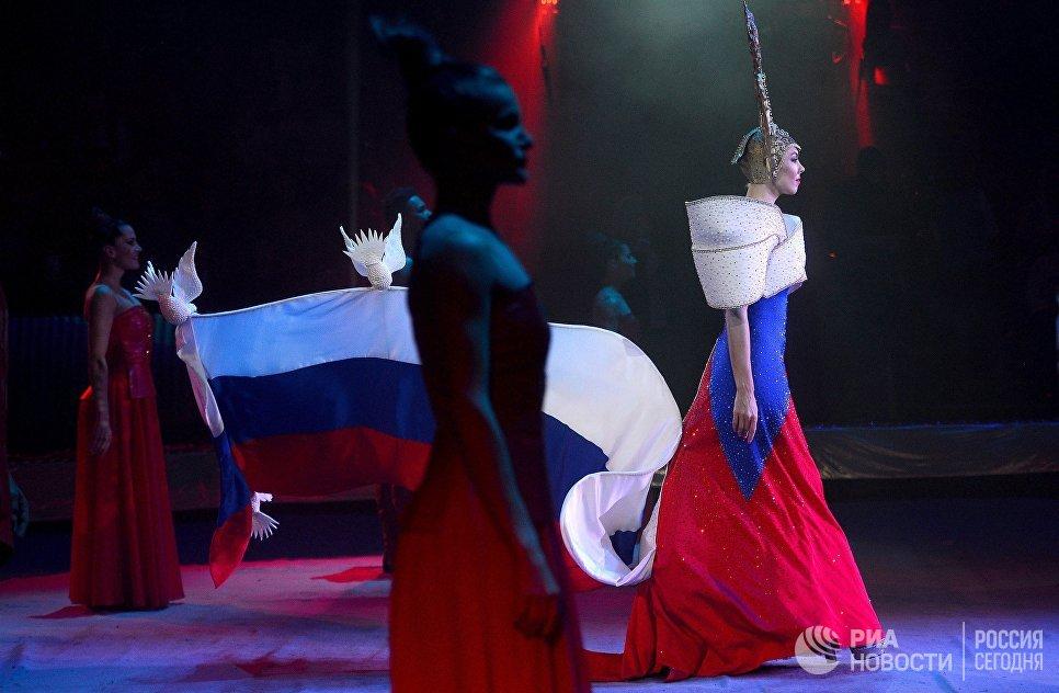 Парад артистов на гала-шоу всемирного фестиваля циркового искусства Идол