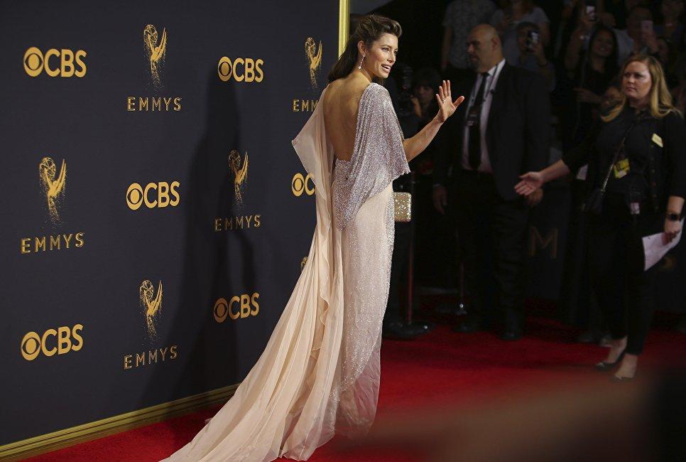 Актриса Джессика Бил на церемонии награждения телевизионной премии Эмми-2017 в Лос-Анджелесе