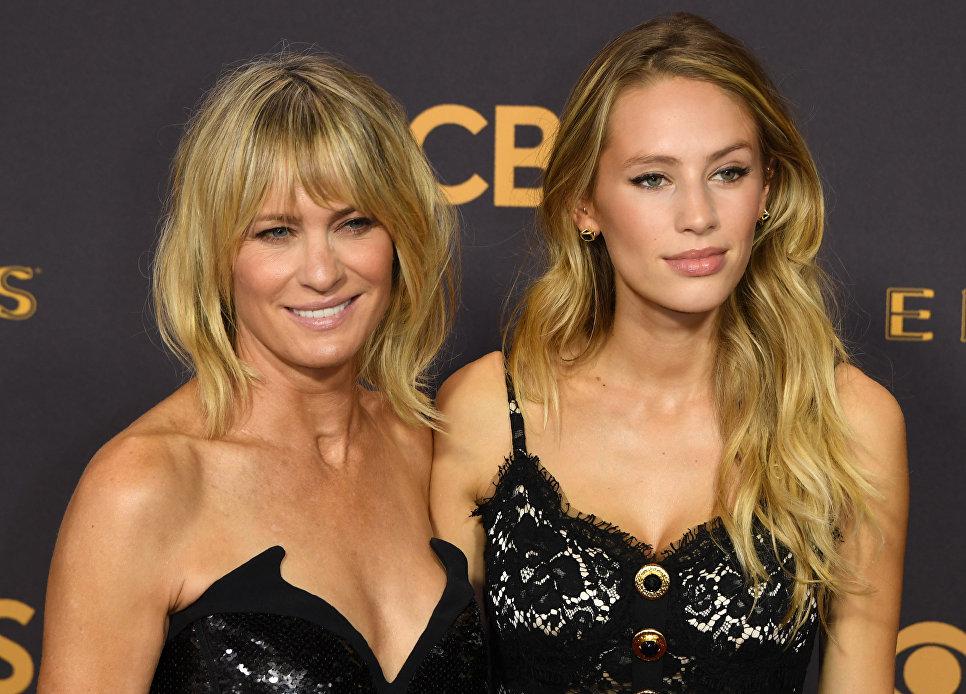 Актриса Робин Райт и ее дочь Дилан Фрэнсис Пенн на церемонии награждения телевизионной премии Эмми-2017 в Лос-Анджелесе