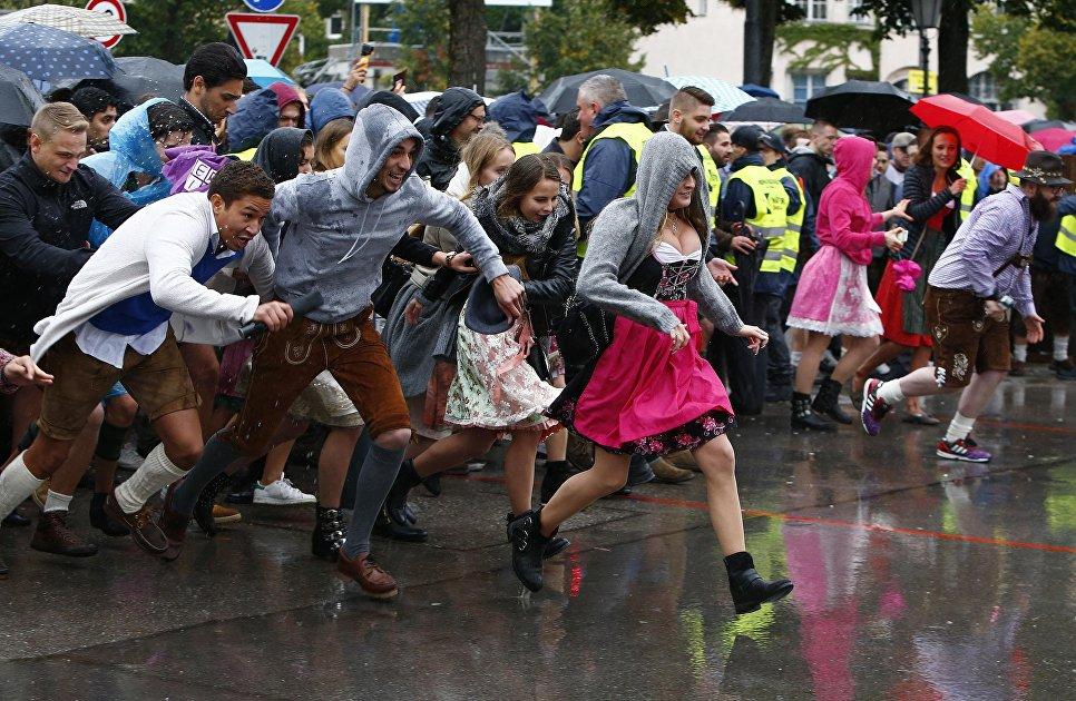 Гости на открытии фестиваля Октоберфест в Мюнхене