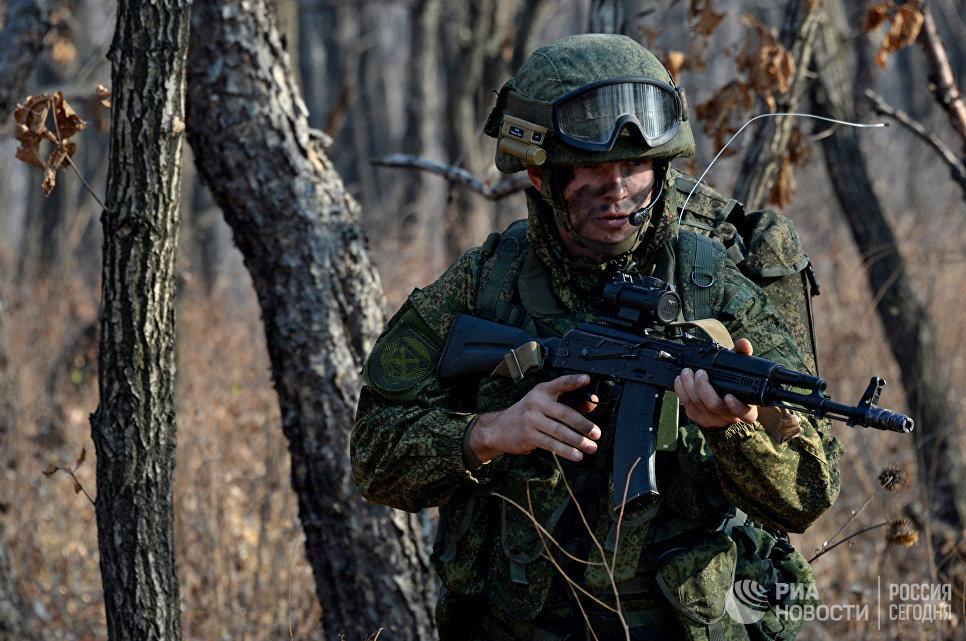Десантник разведывательной группы с автоматом АК-47