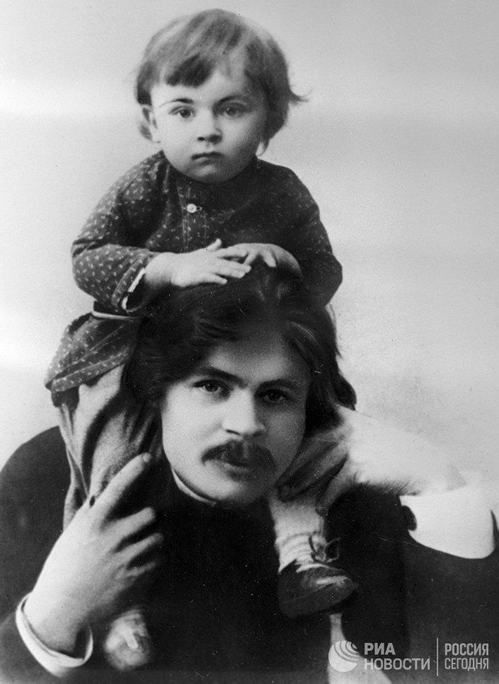 Писатель Максим Горький с сыном Максимом. 1899 год.