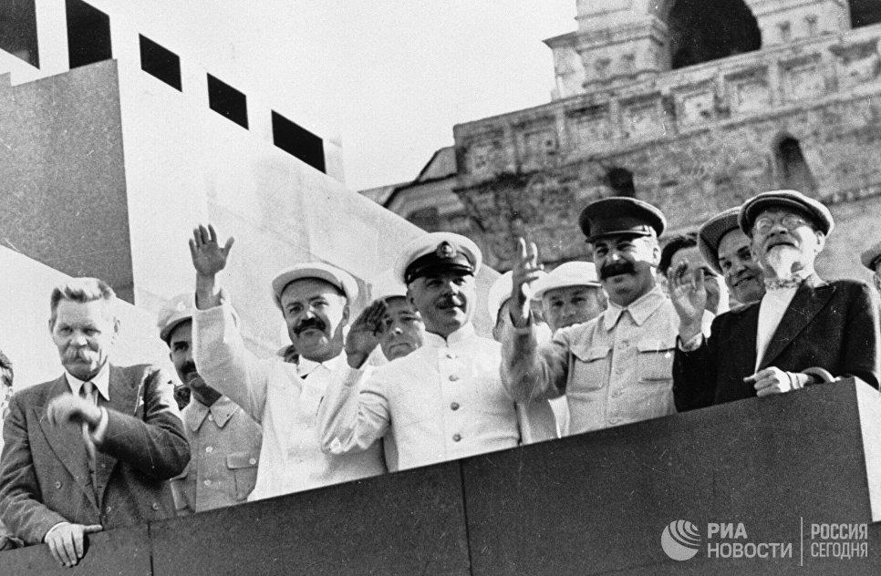 Михаил Калинин, Иосиф Сталин, Климент Ворошилов, Вячеслав Молотов и Максим Горький на трибуне Мавзолея Ленина приветствуют парад физкультурников на Красной площади. 1934 год.