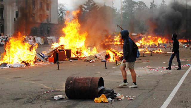 Горящие палатки активистов Антимайдана на Куликовом поле у Дома профсоюзов в Одессе. Архивное фото