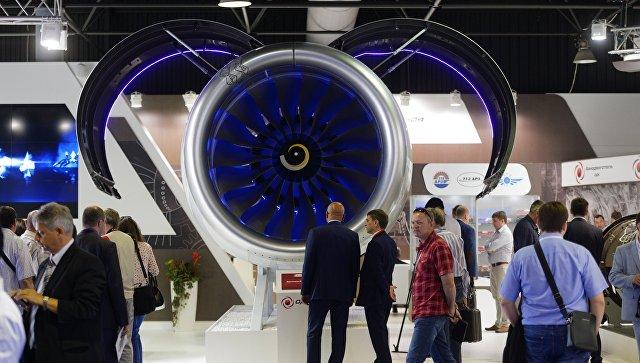 Посетители у стенда с продукцией Объединенной двигателестроительной корпорации. Архивное фото