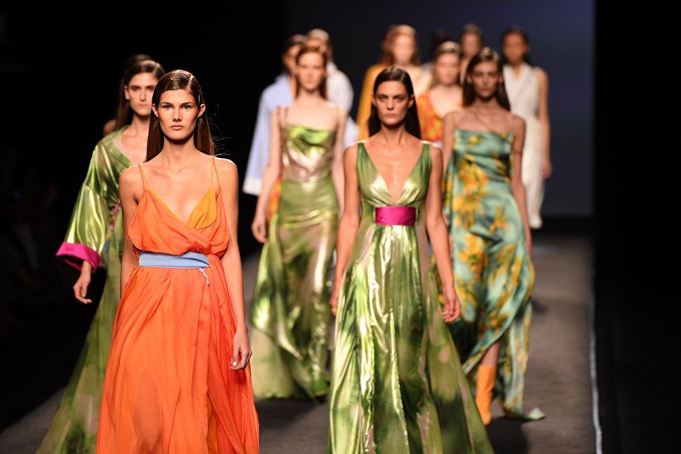 Модели во время показа коллекции бренда Menchen Tomas на Неделе моды в Мадриде. 16 сентября 2017