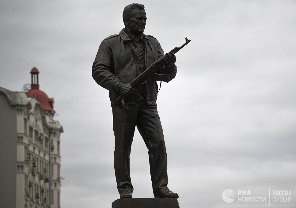 Макаревич раскритиковал открывшийся в столицеРФ монумент Калашникову