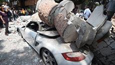 Автомобиль, поврежденный обломками рухнувшего здания, после землетрясения в Мехико. 19 сентября 2017