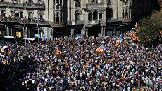 Многотысячный митинг перед зданием департамента экономики Каталонии в Барселоне. 20 сентября 2017