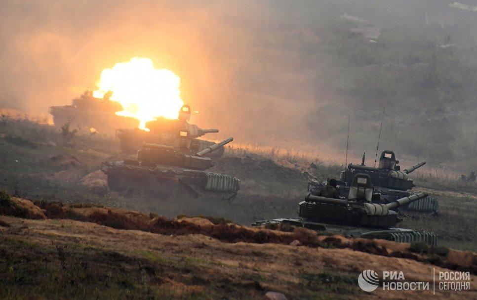 Танки Т-72Б3 на полигоне в Минской области во время совместных стратегических учений Белоруссии и России Запад-2017