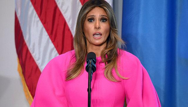 Винтернете высмеяли розовый наряд супруги президента США Меланьи Трамп