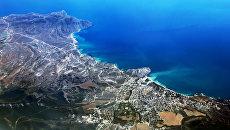 Вид на город Судак в Крыму из самолёта. Архивное фото
