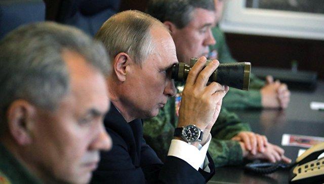 Президент РФ Владимир Путин во время инспекции действий вооружённых сил Союзного государства России и Белоруссии на основном этапе совместного стратегического учения Запад-2017 на полигоне Лужский. Архивное фото