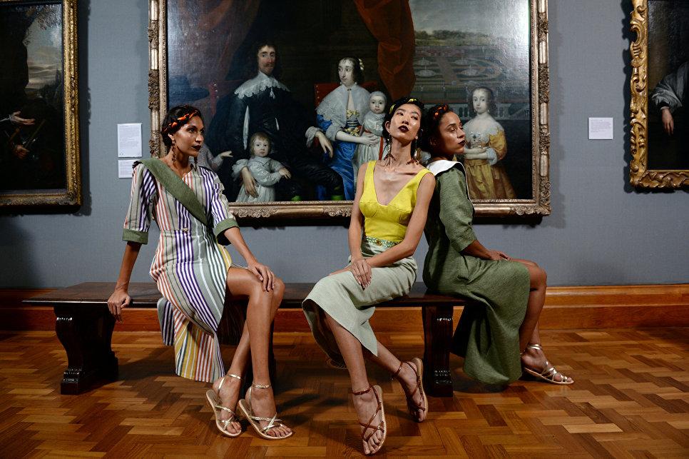Модели во время шоу бренда Tata Naka на Неделе моды в Лондоне. 19 сентября 2017
