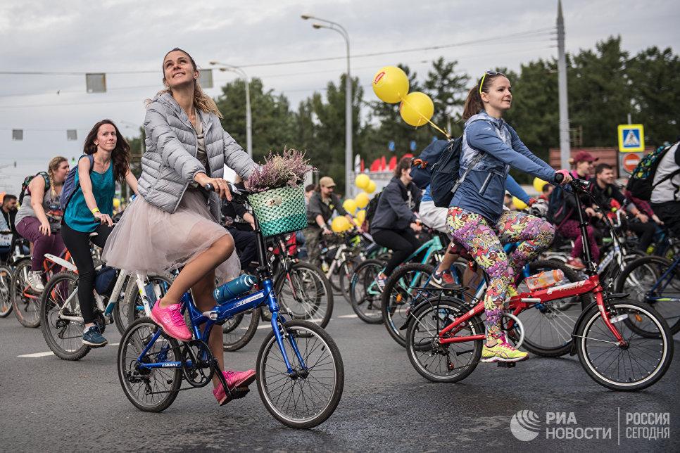 Участницы осеннего Московского Велопарада на Москворецкой набережной