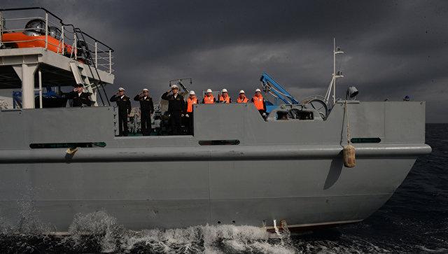 Российские и китайские моряки отработали спасение тонущего корабля