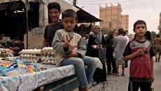Жители Дейр-эз-Зоре на одной из улиц города. 24 сентября 2017