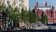 Прохожие на Тверской улице в Москве. Архивное фото