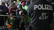 Беженцы на железнодорожном вокзале в Мюнхене. Архивное фото