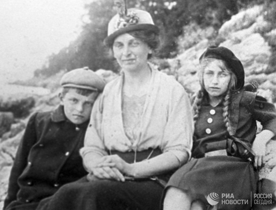 Инесса Арманд (1874-1920) деятель российского и международного революционного движения, член РСДРП с детьми Варварой и Андреем